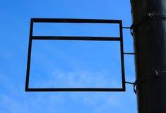 Een leeg rechthoekig reclameteken die een blauwe hemelachtergrond ontwerpen royalty-vrije stock afbeeldingen