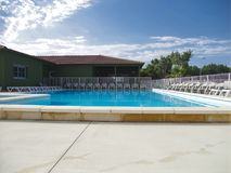 een leeg zwembad in een hotel stock afbeeldingen