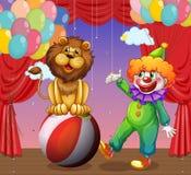 Een leeuw en een clown bij het circus Stock Foto