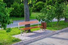 Een lege bank in het park Royalty-vrije Stock Foto's