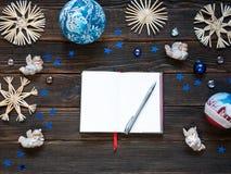 Een lege die blocnote door Kerstmisdecoratie of snuisterijen, s wordt omringd Royalty-vrije Stock Afbeelding