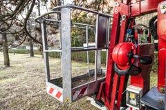 Een lege gevolgde mand voor tuinlieden met helm Mobiel lucht het werkplatform Stock Foto's