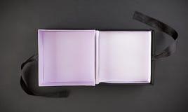 Een lege giftdoos op een zwarte Stock Foto