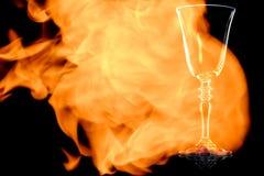 Een lege glas rode wijn in de brandvlammen Royalty-vrije Stock Afbeelding