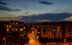 Een lege nachtweg in een grote stad Kruispunten met verkeerslichten en verkeersteken Stock Fotografie
