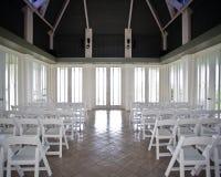 Een lege natuurlijk aangestoken ruimte vóór een huwelijksceremonie stock fotografie