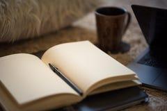 Een lege, open agenda met warm licht die op de pagina's, surrou vallen royalty-vrije stock afbeeldingen