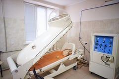 Een lege ouderwetse hyperbaric kamer royalty-vrije stock afbeeldingen