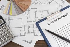 Een lege rekening, een triplexsteekproef, een huisplan stock afbeelding