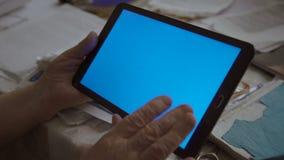 Een lege tabletpc in landschapsrichtlijn met een groene screeninhanden 4K stock video