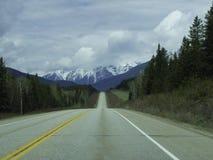 een lege weg aan de bergen royalty-vrije stock afbeeldingen