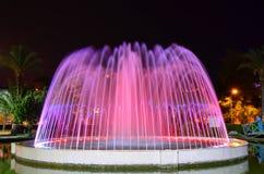 Een LEIDENE aangestoken fontein dichtbij de kust van de Middellandse Zee Stock Foto