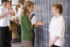 Een leraar die een student weg vertelt Stock Fotografie