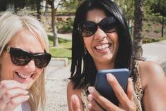 Een lesbisch paar die een selfie en het lachen nemen stock afbeeldingen