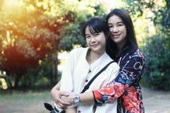 Een leuk Aziatisch moeder en een kind bevinden zich in een verschillende positie stock afbeeldingen