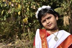 Een leuk en onschuldig dorpsmeisje die zich voor de tuin bevinden royalty-vrije stock afbeeldingen