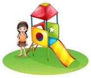 Een leuk meisje bij de speelplaats royalty-vrije illustratie