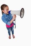 Een leuk meisje dat door een megafoon spreekt Stock Foto's