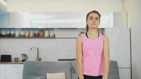 Een leuk meisje maakt verschillende bewegingen voor haar handen stock footage