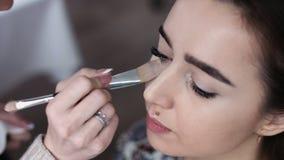 Een leuk model krijgt make-up vóór haar spruit aangezet Sluit omhoog geschoten Royalty-vrije Stock Foto