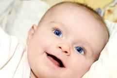 Een leuke kleine baby stock foto