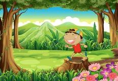 Een leuke kleine jongen boven de stomp bij het bos Stock Fotografie