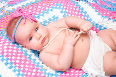 Een leuke pasgeboren slaap van het babymeisje Snoepje weinig babyportret Gebruik de foto om het leven, het parenting of kinderjar Stock Foto's