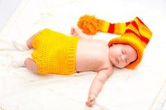 Een leuke pasgeboren slaap van het babymeisje Snoepje weinig babyportret Gebruik de foto om het leven, het parenting of kinderjar Royalty-vrije Stock Afbeelding