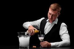 Een leuke vloeistof van de barman gietende alcohol in een glas Een concept dranken, alcohol en restaurant de dienst De ruimte van Stock Fotografie