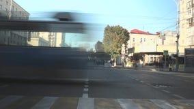 Een levendige straat met mensen en machines Rusland, Krasnodar, 7,2018 oktober stock video