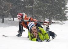 Een levensstijlbeeld van twee jonge snowboarders royalty-vrije stock afbeelding