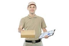 Een leveringsmens die een pakket brengt Royalty-vrije Stock Afbeelding