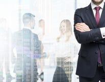 Een lichaam in een formeel kostuum met gekruiste handen Cijfers van de beroeps in formele kleding op de achtergrond stock foto's