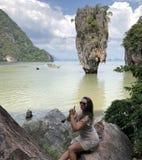 Een licht-gevild meisje in strandkleren vouwde een kanon van haar vingers op het beroemde schilderachtige de bandeiland van James royalty-vrije stock afbeeldingen