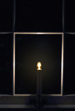 Een licht in het venster stock afbeeldingen