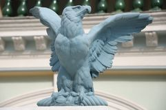Een lichtblauw geschilderd standbeeld van de adelaarssteen Royalty-vrije Stock Afbeeldingen