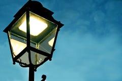 Een lichtgevende lantaarn tegenover een kalme en mooie avondhemel stock fotografie