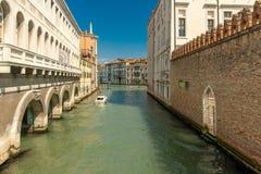 Een lichtjes breder kanaal in Venetië stock afbeelding