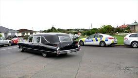 een lijkwagen voor de begrafenisdienst stock videobeelden