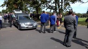 een lijkwagen voor de begrafenisdienst stock footage