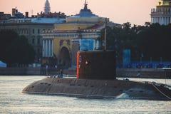 Een lijn van moderne Russische militaire zeeslagschepenoorlogsschepen in de rij, de noordelijke vloot en de Oostzeevloot in de op royalty-vrije stock afbeelding