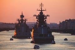 Een lijn van moderne Russische militaire zeeslagschepenoorlogsschepen in de rij, de noordelijke vloot en de Oostzeevloot in de op stock afbeeldingen