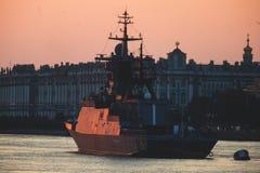 Een lijn van moderne Russische militaire zeeslagschepenoorlogsschepen in de rij, de noordelijke vloot en de Oostzeevloot in de op royalty-vrije stock foto
