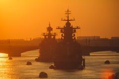 Een lijn van moderne Russische militaire zeeslagschepenoorlogsschepen in de rij, de noordelijke vloot en de Oostzeevloot in de op stock foto