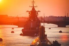 Een lijn van moderne Russische militaire zeeslagschepenoorlogsschepen in de rij, de noordelijke vloot en de Oostzeevloot in de op stock afbeelding