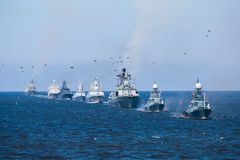 Een lijn van moderne Russische militaire zeeslagschepenoorlogsschepen in de rij, de noordelijke vloot en de Oostzeevloot in de op royalty-vrije stock foto's