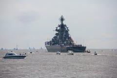 Een lijn van moderne Russische militaire zeeslagschepenoorlogsschepen in de rij, de noordelijke vloot en de Oostzeevloot in de op stock foto's