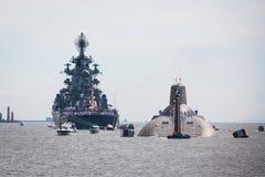 Een lijn van moderne Russische militaire zeeslagschepenoorlogsschepen in de rij, de noordelijke vloot en de Oostzeevloot in de op royalty-vrije stock fotografie