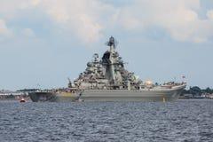 Een lijn van moderne Russische militaire zeeslagschepenoorlogsschepen in de rij, de noordelijke vloot en de Oostzeevloot in de op stock fotografie