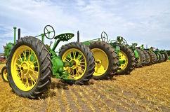 Een lijn van oude John Deere-tractoren Royalty-vrije Stock Fotografie